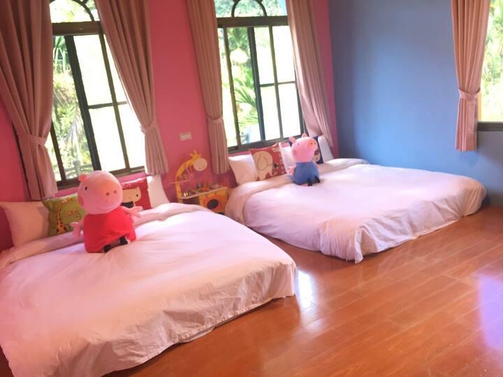 繽紛四人房 非常適合親子入住 空間寬敞 房間採光明亮 窗外一片片檳榔樹