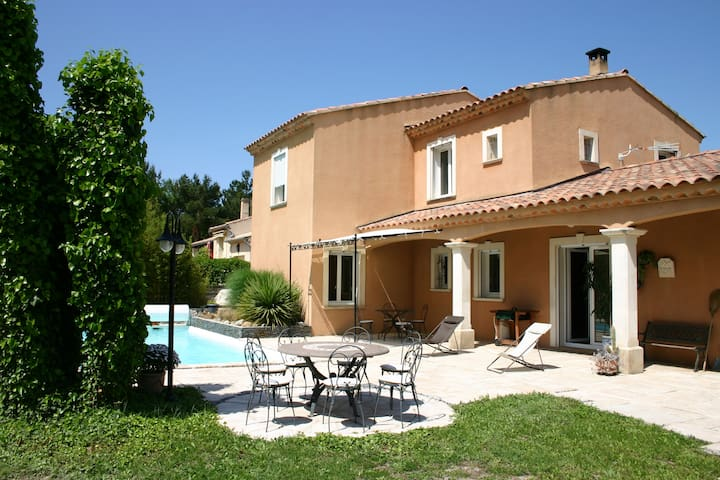 Belle villa  avec piscine privative - Saint-Saturnin-lès-Avignon