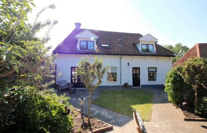 Gezellige ruime woonboerderij nabij de Waddenzee!