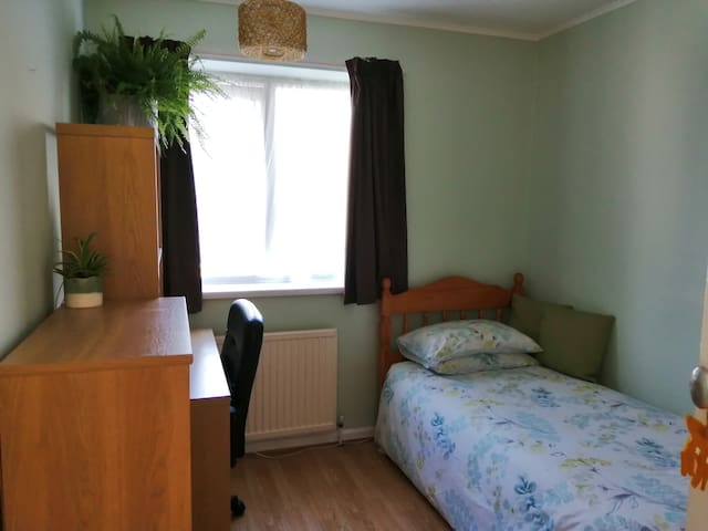 Single room with desk, Near NTU Clifton and M1
