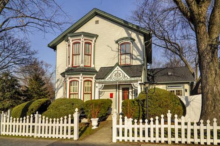Historic 1864 Victorian near metra westline - West Chicago - Casa