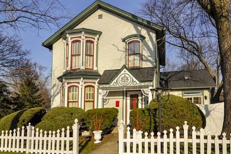 Historic 1864 Victorian near metra westline - West Chicago - Ház