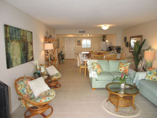 Spanish Trace** 1st floor Steps to Ocean & Pool**