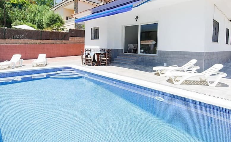 Private pool,BBQ, ping-pong. 5 min center of citty