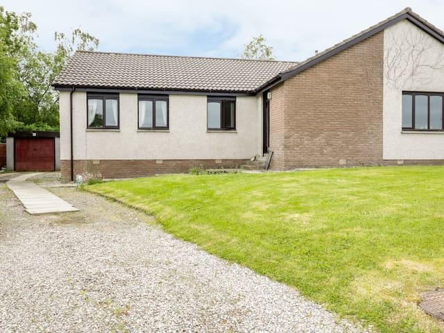 KIRSTY'S RETREAT, pet friendly in Inverness, Ref 984963