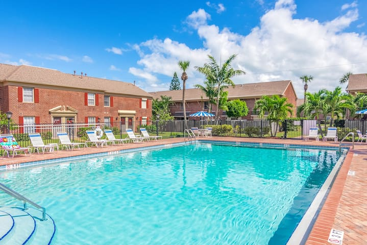 Charming, family-friendly condo w/ a shared pool - close to the ocean!