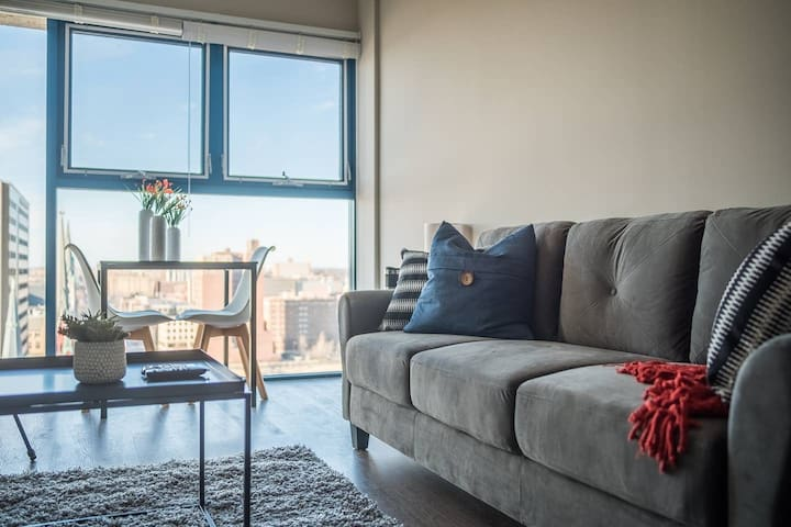 Convenient + Spacious 1BR Apt in Downtown