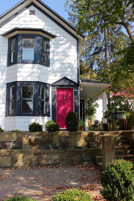 Pop in! Charming Historic Home on Main St in Hudson, OH steps from Western Reserve Academy