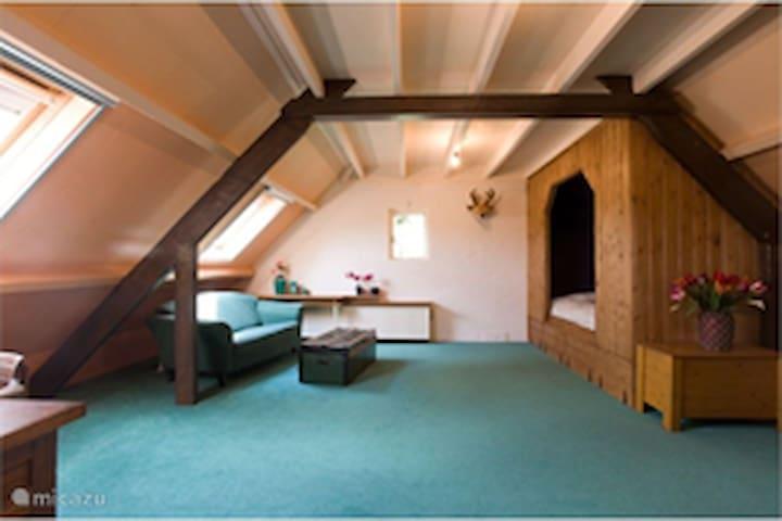 Slaapkamer op 1e verdieping. Tweepersoons bedstee er kunnen eventueel nog bedden op deze slaapkamer bijgezet worden.