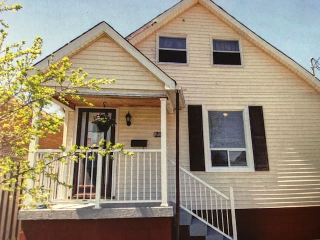 Sunny downtown Hamilton Cottage (#2bedroom)