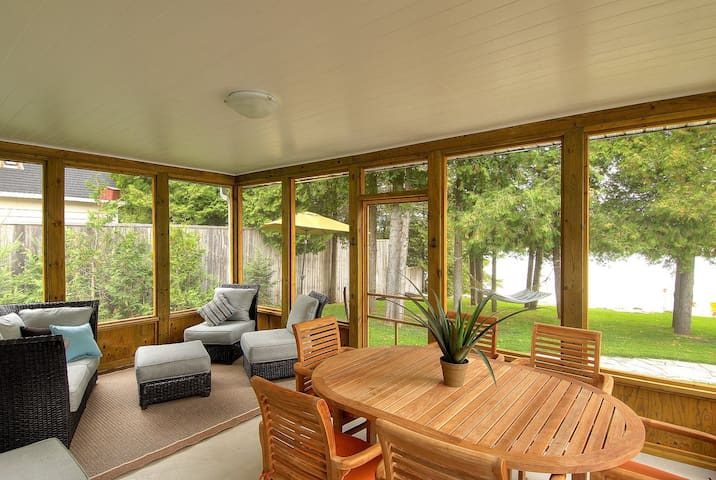 Mac's Shacks Waterfront Cottages - The Cedars