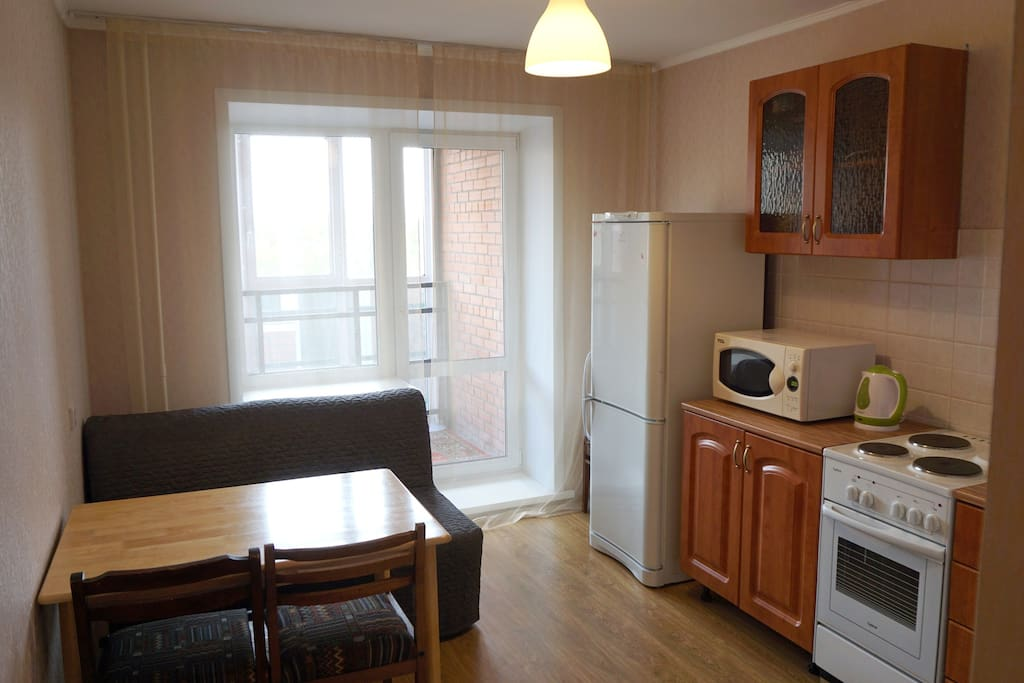 Кухня: обеденный зона, диван, кухонный гарнитур, бытовая техника