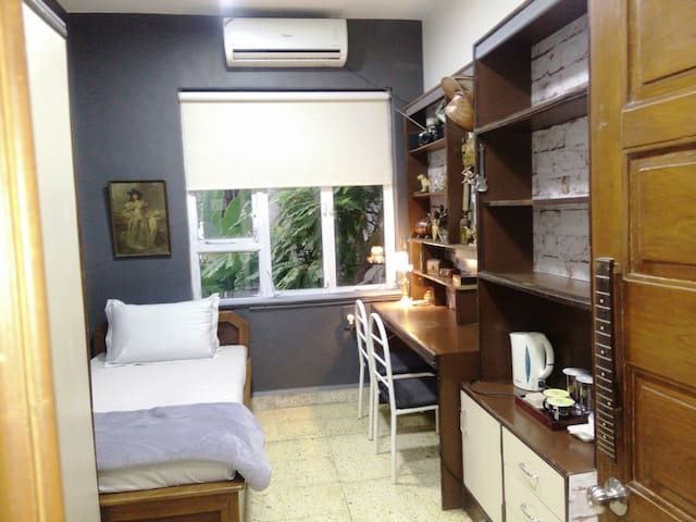 Room in bungalow/ garden,close to airports
