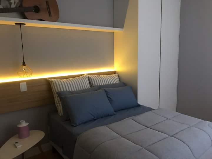 Novo, moderno, dois quartos com Super localização!