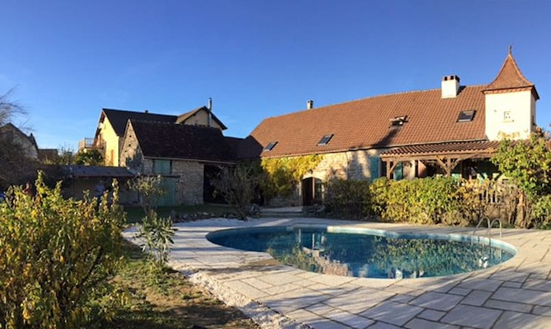 Self Catering farmhouse with pool - Reilhaguet - Huis