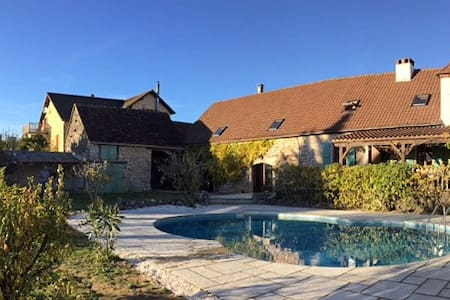 Self Catering farmhouse with pool - Reilhaguet - Hus