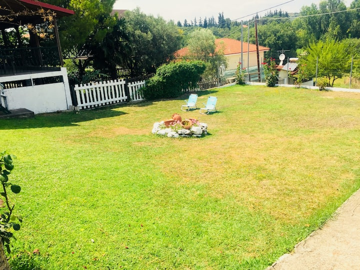 Garden of 500m2 with a house and a caravan.