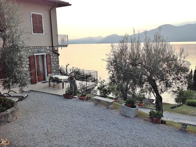 4 Sleeps Lake Views Apartment With Private Garden - Torri del Benaco