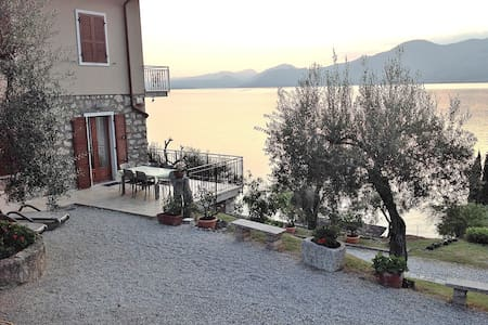 4 Sleeps Lake Views Apartment With Private Garden - 托里德爾貝納科(Torri del Benaco)