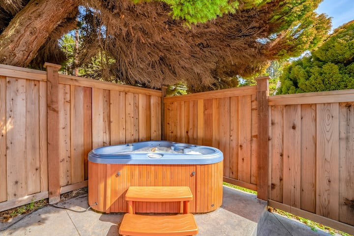 Charming cottage w/ocean views, private hot tub and patio with outdoor seating!
