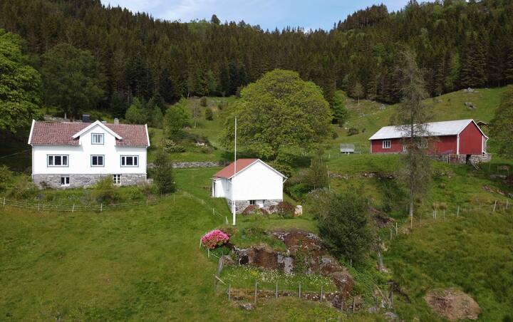 Idyllisk gårdshus i rolige omgivelser