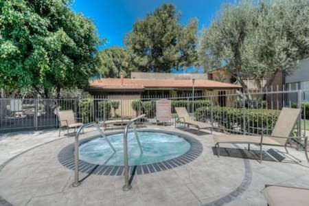 Quiet Condo, Pool, Gym, Free Laundry & Parking! - Torrance - Lejlighedskompleks