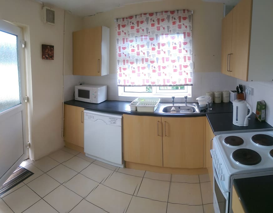 FULL KITCHEN WITH WASHING MACHINE AND FRIDGE FREEZER