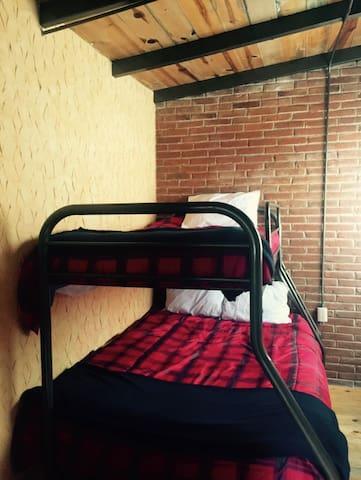 Recámara 3 /3 con litera , una cama matrimonial en la parte inferior y una individual superior!
