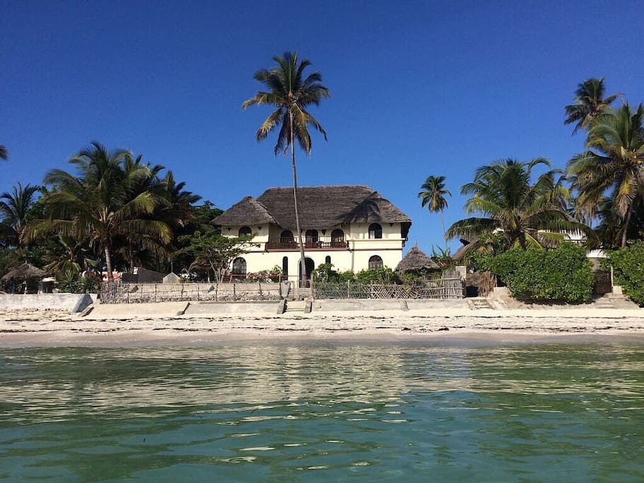 Large two stories house with five bedrooms and direct access to the beach.