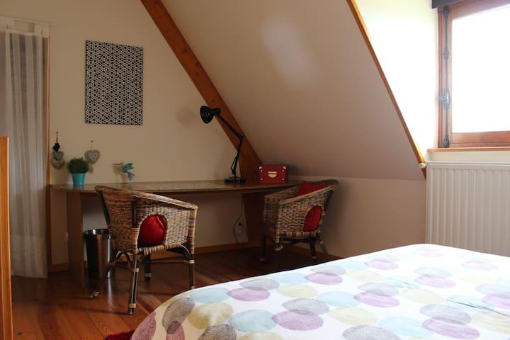 La chambre dispose d'un espace de travail, d'une penderie et d'une jolie commode.