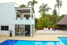 Villa con amplias zonas verdes y todas las comodidades