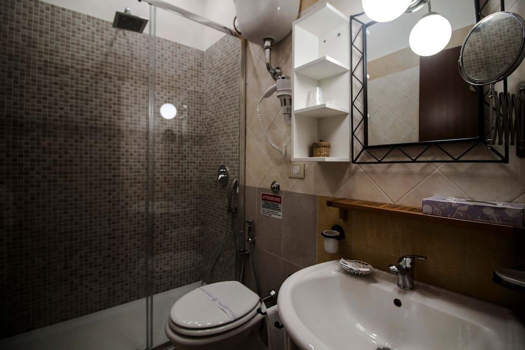 Bagno con doccia grande, phon, asciugamani