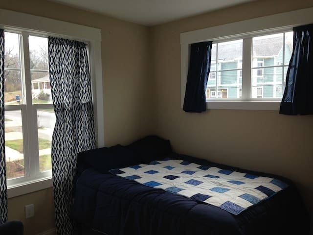 Private Bed and Bath Downtown - Durham - House