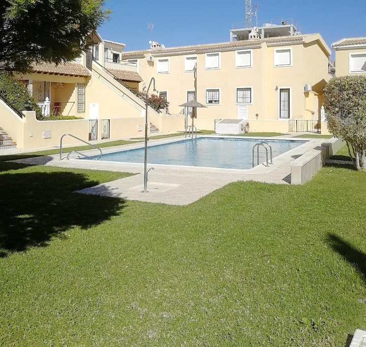 Casa Joleen 2, 2 bed apartment overlooking a pool