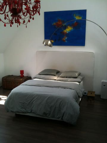 Bright Studio with private bathroom - Augsburg - Hus