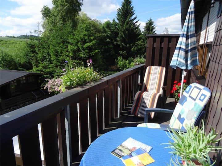 """Ferienwohnung Heger (Bad Steben), Ferienwohnung """"Zur Hügelwiese"""" - Balkon mit tollem Ausblick und kostenfreies WLAN"""
