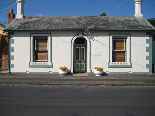 Renovated 1856 Cottage - Newtown - House