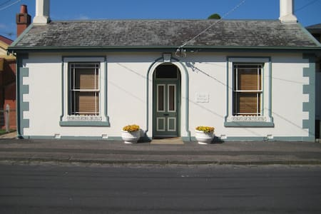 Renovated 1856 Cottage - Newtown