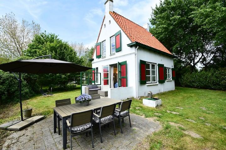 Quintessential, detached Ouddorp home with enormous garden, near the beach