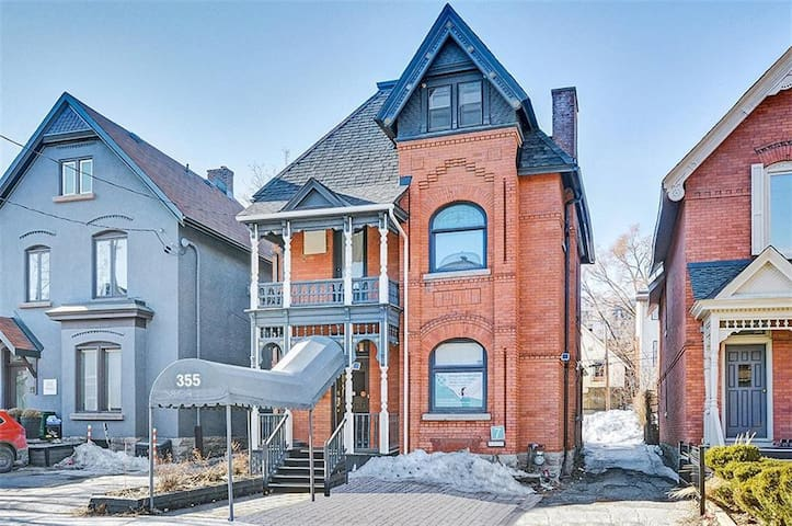 Lovely Private Room In Centretown With Parking