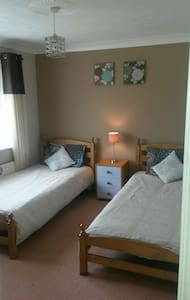 Cosy twin room over-looking large garden - Hastings