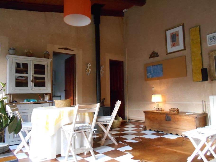 Salón amplio y con chimenea de leña