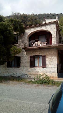 Πέτρινο σπίτι μπροστά στην θαλασσα - Monastiraki - Hus