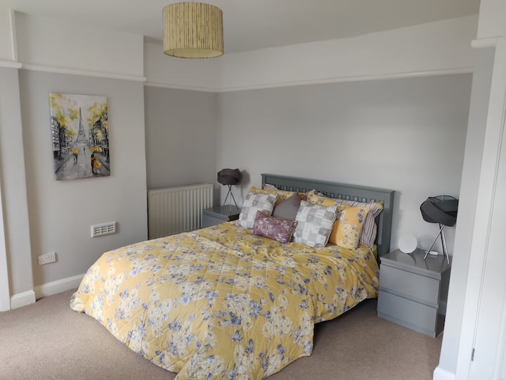Beautifully Modernised Worcester Home with Parking