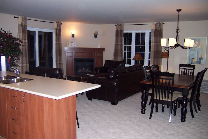 3 Bedroom, modern Condo Suite in Mont-Tremblant - Mont-Tremblant - Apartment