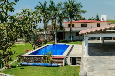 Casa con hermosos jardines en Oaxtepec. Mor.