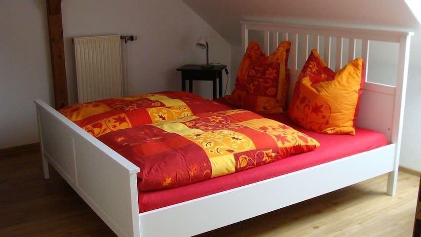 Zweibettzimmer mit Doppelbett im Appartement