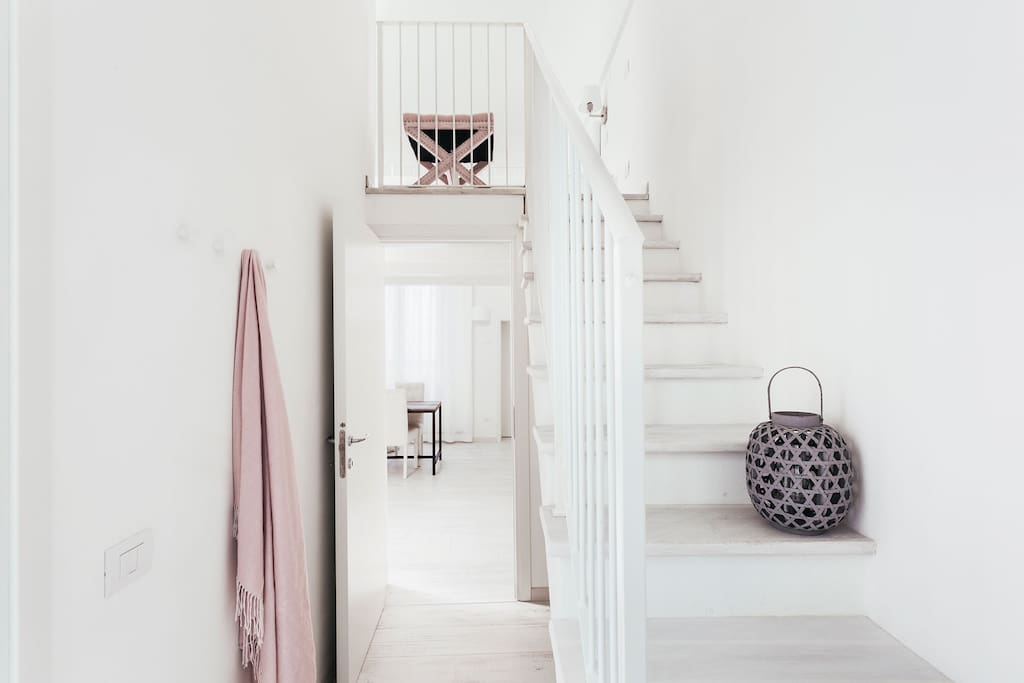 Stairs to access at the second level with 2 single bedrooms, Scale per accedere al soppalco con 2 letti singoli