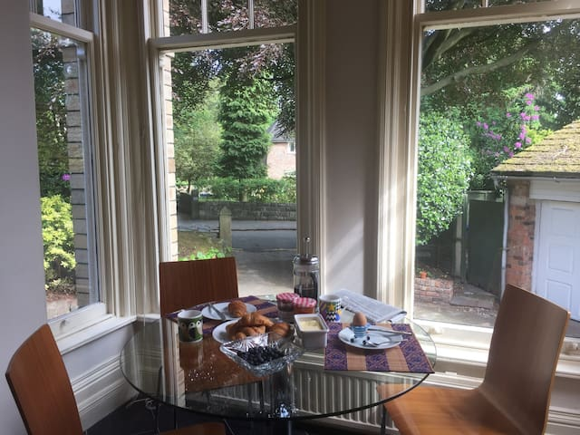 superb location, Edwardian mansion house apartment - Altrincham - Casa