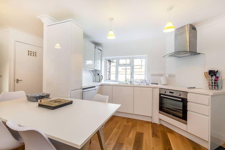 Perfect 2 Bedroom Flat by Richmond Bridge - Twickenham - Apartment